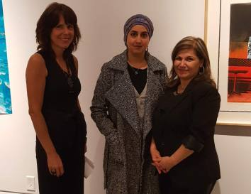 With Mandy Salter (Left) the Director/Curator of the AGM and fellow artist Nisreen Askar (right)